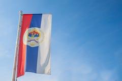 塞尔维亚人共和国的旗子有它的正式徽章的波斯尼亚塞族共和国 库存图片