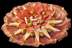 塞尔维亚传统受欢迎的开胃菜美味食家盘在黑背景隔绝的Meze 库存图片