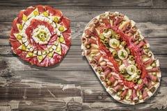 塞尔维亚传统美味开胃菜Meze集合盛肉盘老破裂的被剥皮的木表面上的 免版税图库摄影