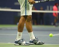 塞尔维亚的全垒打冠军诺瓦克・乔科维奇穿习惯爱迪达网球鞋在比赛期间在美国公开赛2016年 免版税库存照片