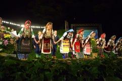 塞尔维亚舞蹈家弓 免版税库存照片