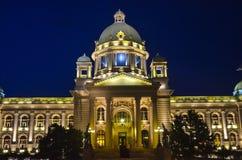 塞尔维亚议会大厦在晚上 图库摄影