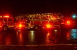 塞尔维尔NJ,美国- Apryl 01日2017年:FDNY消防车与闪动在晚上的光的 免版税库存照片