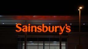 塞恩斯伯里的超级市场标志在晚上 库存图片