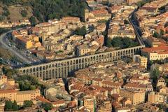 塞戈维亚,中世纪市鸟瞰图西班牙 它显示渡槽和城市的市中心 免版税库存照片