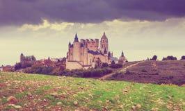 塞戈维亚城堡在多云天 免版税库存照片
