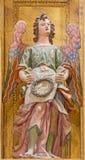 塞戈维亚,西班牙, 2016年4月- 14日:天使巴洛克式的雕象与铁海棠的 免版税库存照片