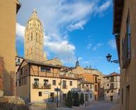 塞戈维亚,西班牙, 2016年4月- 14日:Plazuela del Sororro广场和大教堂耸立 免版税库存照片
