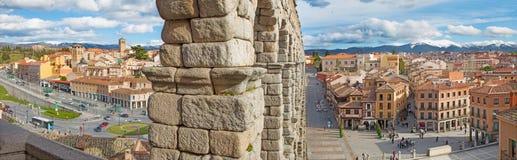 塞戈维亚,西班牙, 2016年:塞哥维亚输水道和Plaza与镇的del Artilleria 免版税库存照片