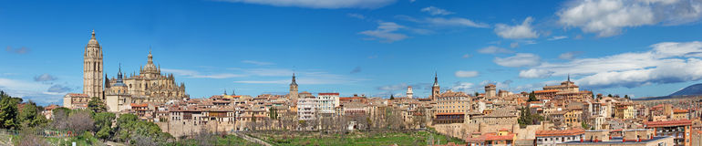 塞戈维亚,西班牙, 2016年:大教堂Nuestra de夫人la亚松森y de圣弗鲁托斯de塞戈维亚和全景镇 免版税库存照片