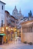 塞戈维亚,西班牙, 2016年:Calle胡安喝彩声街道和大教堂在背景中在黄昏 库存图片