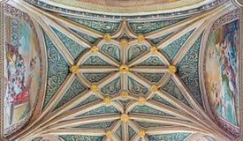 塞戈维亚,西班牙:教堂哥特式穹顶我们的念珠的夫人在我们的假定的夫人大教堂里与neoclassicistic壁画的 免版税库存照片