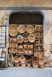 塞戈维亚,西班牙- 2017年2月11日:柳条手工制造篮子在塞戈维亚一条旅游街道的商店  免版税库存照片