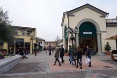 塞拉瓦莱斯克里维亚,意大利- 2018年1月15日-在设计师的冬天销售outled开始 免版税库存照片