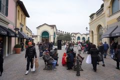 塞拉瓦莱斯克里维亚,意大利- 2018年1月15日-在设计师的冬天销售outled开始 库存图片