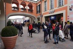 塞拉瓦莱斯克里维亚,意大利- 2018年1月15日-在设计师的冬天销售outled开始 免版税图库摄影