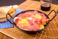 塞拉诺火腿用鸡蛋 图库摄影
