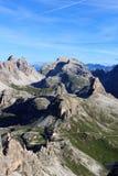 塞斯托有山的Birkenkofel和Toblinger Knoten和高山小屋Dreizinnenhutte白云岩全景在南蒂罗尔 图库摄影