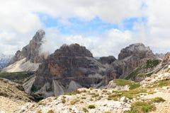 塞斯托有山的Drei Zinnen和Paternkofel白云岩全景在南蒂罗尔 免版税图库摄影