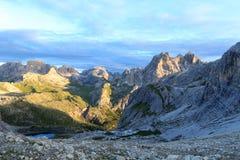 塞斯托有山的Dreischusterspitze、Birkenkofel和Toblinger Knoten白云岩全景在南蒂罗尔 库存照片