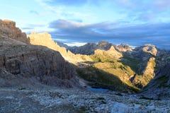塞斯托有山的Paternkofel和Toblinger Knoten白云岩全景在南蒂罗尔 免版税库存照片