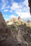 塞斯托有高山小屋Dreizinnenhutte,岩石烟熏腊肠Wurstel和山的Toblinger Knoten白云岩全景在南蒂罗尔 库存照片