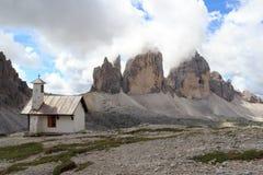 塞斯托白云岩的山Drei Zinnen和教堂,南蒂罗尔 库存图片