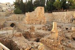 贝塞斯达和教会水池的被挖掘的废墟  免版税库存图片