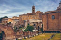 塞普蒂米乌斯・塞维鲁和Tabularium曲拱在罗马广场,意大利 库存图片