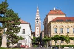 塞格德,匈牙利- 2017年7月21日:从塞格德,匈牙利街道看见的塞格德大教堂下午,在夏天 库存照片