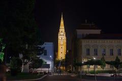 塞格德, HUNARY - 2017年7月20日:从塞格德,匈牙利街道看见的塞格德大教堂在晚上期间在夏天 免版税库存照片