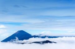 塞梅鲁火山登上清早 免版税库存图片