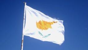 塞浦路斯在风的旗子拍动在杆 天空蔚蓝和塞浦路斯旗子 股票录像