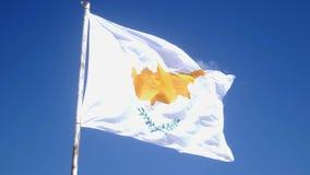 塞浦路斯在风的旗子拍动在杆 天空蔚蓝和塞浦路斯旗子 t 股票视频