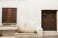 塞浦路斯房子的快门和门 免版税图库摄影