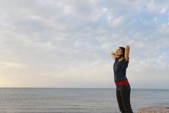 塞浦路斯海滩的愉快的妇女 免版税库存照片