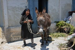 塞浦路斯高地的妇女农民 库存照片