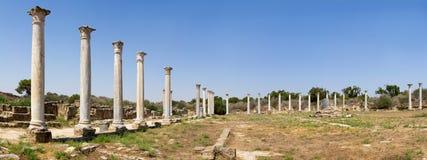 塞浦路斯 罗马解决蒜味咸腊肠的废墟(IV BC世纪) 体育场的看法 免版税库存图片