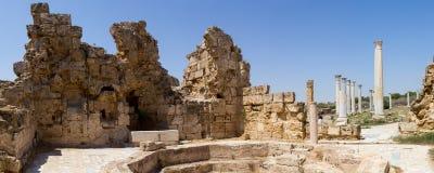 塞浦路斯 罗马解决蒜味咸腊肠的废墟(IV BC世纪) 看法浴 免版税库存图片