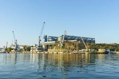 塞瓦斯托波尔海湾五谷终端和装货起重机海口的看法 免版税库存照片
