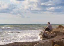 塞瓦斯托波尔,乌克兰- 2011年9月09日:渔夫钓鱼 免版税库存图片