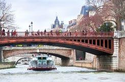 塞纳河、小船、桥梁、人们和海岸在巴黎 免版税图库摄影