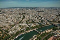 塞纳河、绿叶和大厦在一个晴天,看从艾菲尔铁塔上面在巴黎 免版税库存图片
