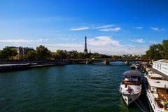 塞纳河和艾菲尔铁塔从Pont des Invalides,巴黎 免版税库存图片