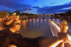 塞纳河和艾菲尔铁塔被看见的亚历山大III桥梁在巴黎,法国 免版税库存照片
