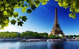 塞纳河在有埃佛尔铁塔的巴黎 免版税库存照片