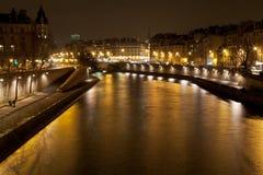 塞纳河在巴黎在晚上 免版税库存图片