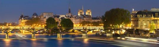 塞纳河夜视图有一些著名旅游桥梁的夜间喜欢艺术桥和新桥 图库摄影