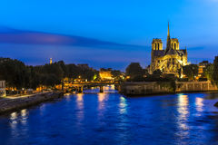 巴黎塞纳河微明视图 库存照片