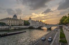 塞纳河的看法日落的在巴黎 库存照片